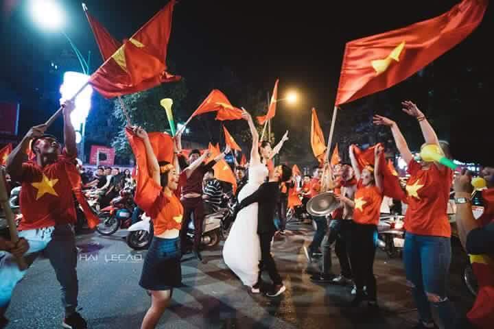 Chất như nước cất bộ ảnh cưới chụp giữa tiếng reo hò của ngàn người trước chiến thắng U23 Việt Nam-2