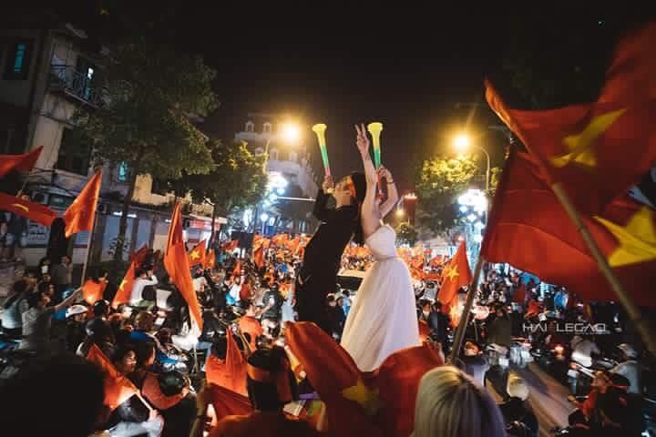 Chất như nước cất bộ ảnh cưới chụp giữa tiếng reo hò của ngàn người trước chiến thắng U23 Việt Nam-3