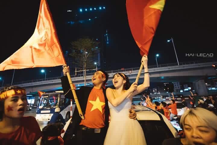 Chất như nước cất bộ ảnh cưới chụp giữa tiếng reo hò của ngàn người trước chiến thắng U23 Việt Nam-4