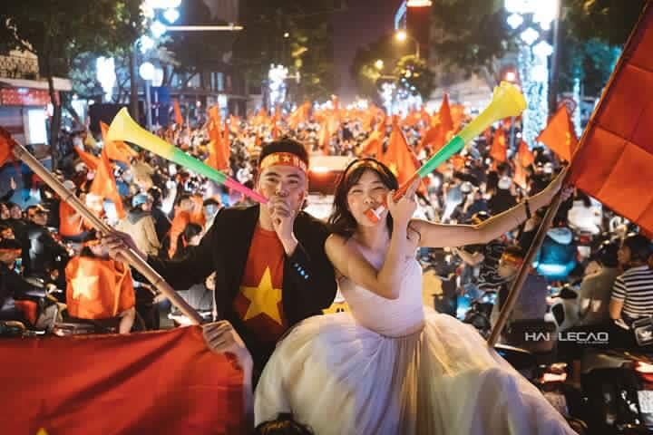Chất như nước cất bộ ảnh cưới chụp giữa tiếng reo hò của ngàn người trước chiến thắng U23 Việt Nam-5