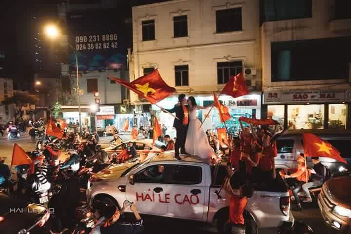 Chất như nước cất bộ ảnh cưới chụp giữa tiếng reo hò của ngàn người trước chiến thắng U23 Việt Nam-6