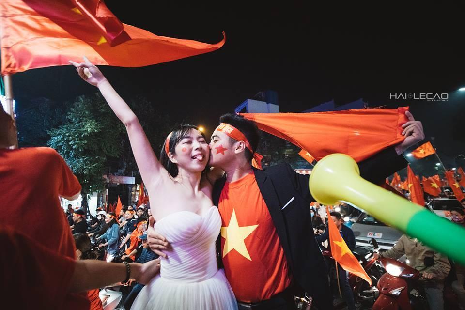 Chất như nước cất bộ ảnh cưới chụp giữa tiếng reo hò của ngàn người trước chiến thắng U23 Việt Nam-7