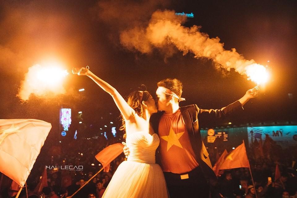 Chất như nước cất bộ ảnh cưới chụp giữa tiếng reo hò của ngàn người trước chiến thắng U23 Việt Nam-8