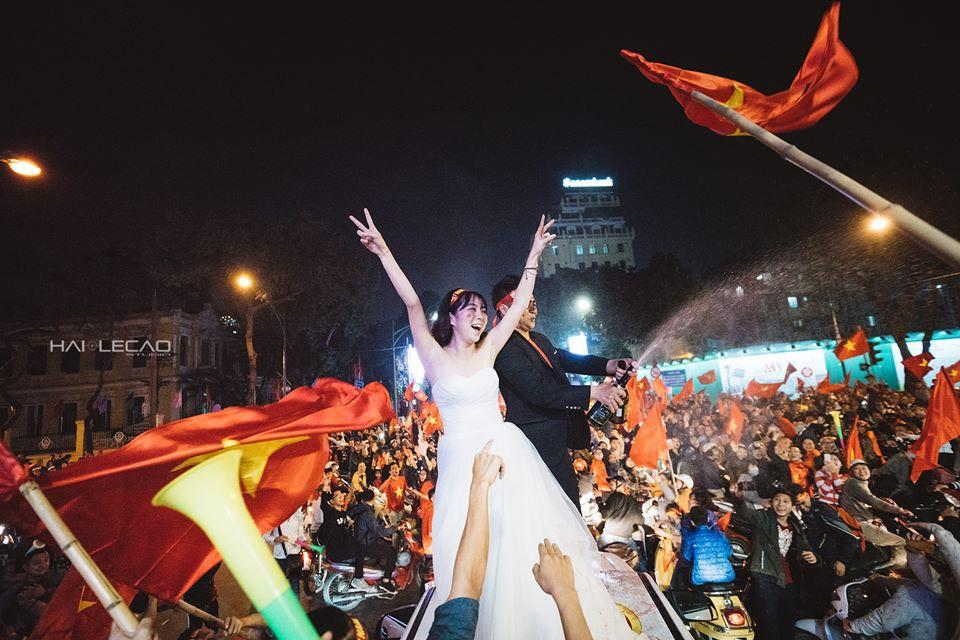 Chất như nước cất bộ ảnh cưới chụp giữa tiếng reo hò của ngàn người trước chiến thắng U23 Việt Nam-9