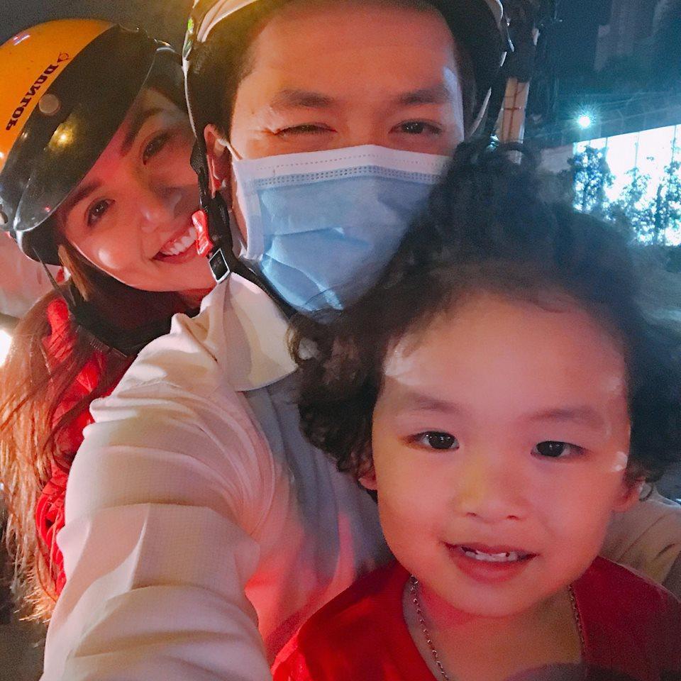 Ngọc Trinh gửi những nụ hôn rực rỡ tới đội tuyển U23 Việt Nam-6
