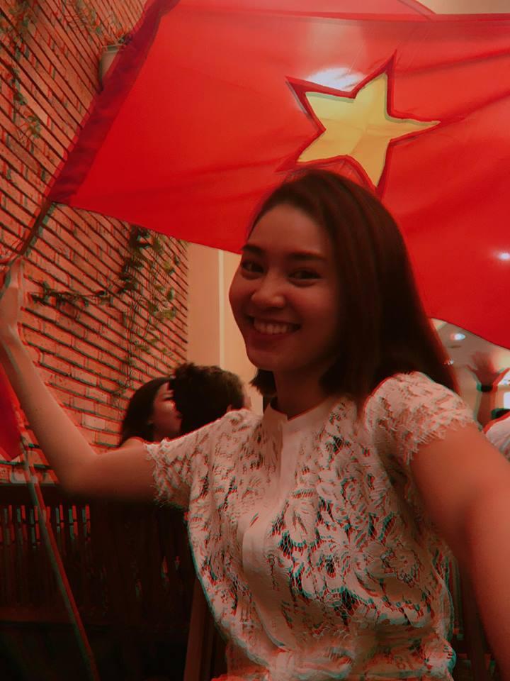 Ngọc Trinh gửi những nụ hôn rực rỡ tới đội tuyển U23 Việt Nam-11