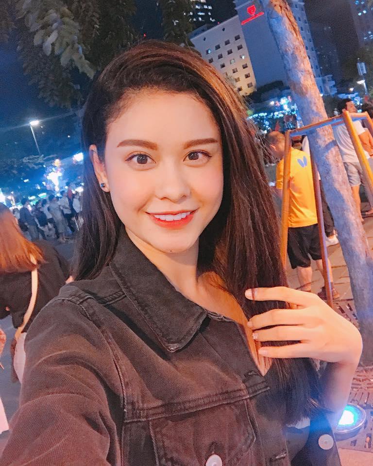 Ngọc Trinh gửi những nụ hôn rực rỡ tới đội tuyển U23 Việt Nam-13