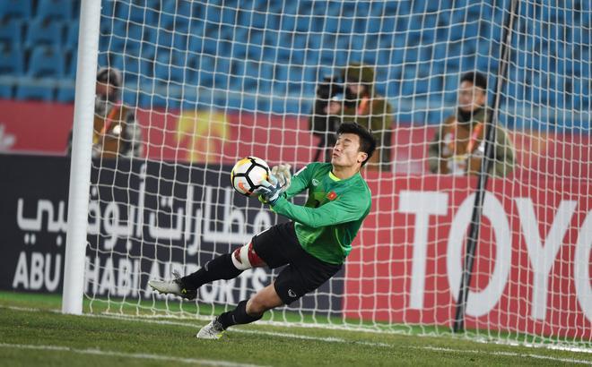 Lâm Khánh Chi thưởng nóng cho thủ môn Bùi Tiến Dũng món quà trị giá 4.000 USD-1