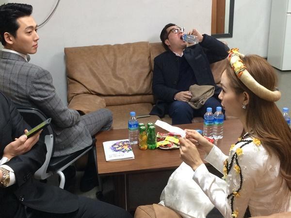 Bạn trai Soo Young (SNSD) chăm chú lắng nghe Minh Hằng thể hiện khả năng nói tiếng Hàn-5