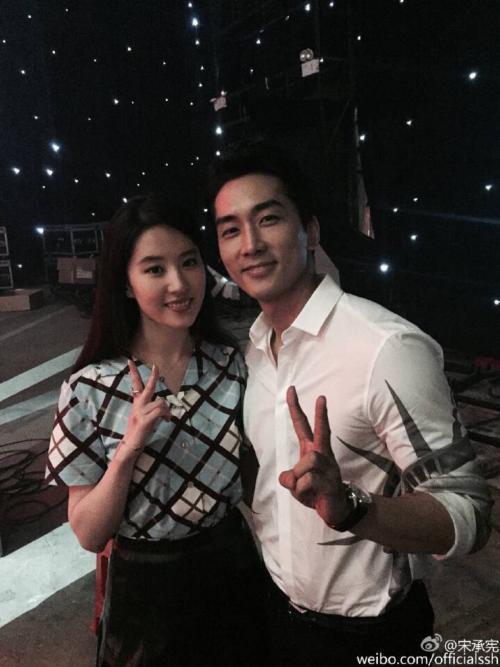 Ngưỡng mộ 2 năm yêu đương đầy mật ngọt, ai ngờ Lưu Diệc Phi và Song Seung Hun chia tay bất ngờ đến thế!-13