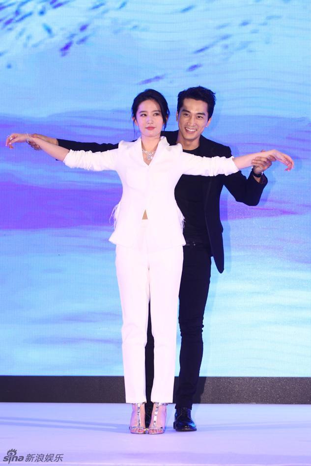 Ngưỡng mộ 2 năm yêu đương đầy mật ngọt, ai ngờ Lưu Diệc Phi và Song Seung Hun chia tay bất ngờ đến thế!-6