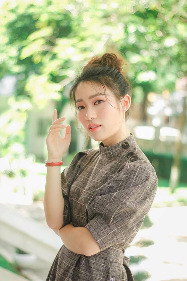 Hot girl - hot boy Việt: Heo Mi Nhon thích thú khi con gái 1 tuổi có thể tự xúc cơm ăn dù đang bị ốm-6