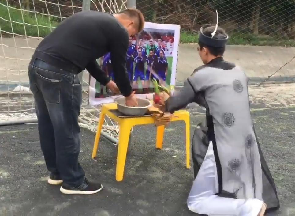 CỰC HÀI Pháp sư lập đàn cầu chiến thắng cho đội tuyển U23 Việt Nam-1