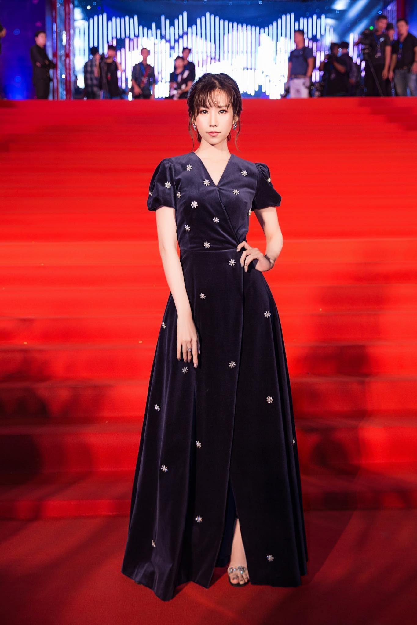 Angela Phương Trinh - Đỗ Mỹ Linh công phá thảm đỏ với sắc vàng rực rỡ nhất tuần qua-1