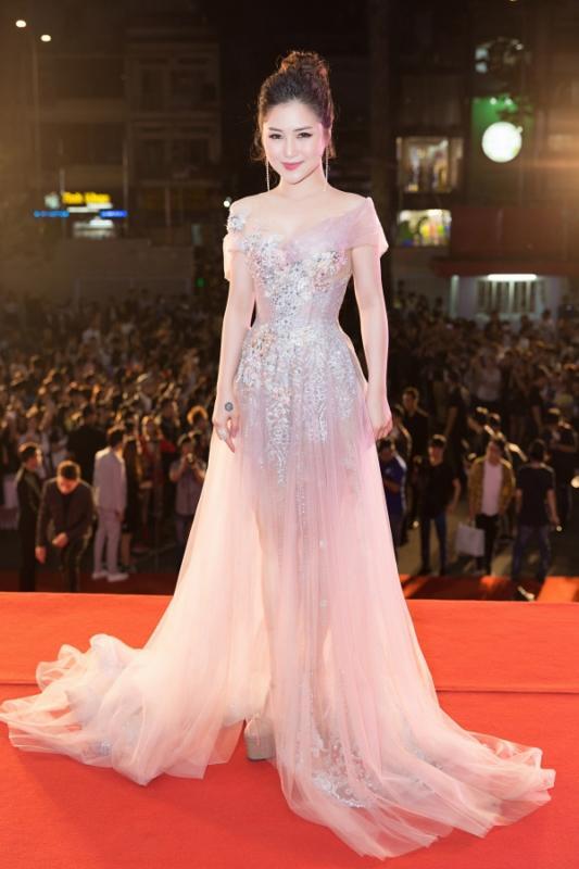Angela Phương Trinh - Đỗ Mỹ Linh công phá thảm đỏ với sắc vàng rực rỡ nhất tuần qua-2