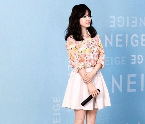 Nghịch lý Song Hye Kyo: Ăn vận kiểu cách thì sến nhưng luộm thuộm chút lại chất đừng hỏi-3