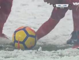 Để có bàn thắng gỡ hòa, Văn Thanh phải dùng tay cào tuyết cho Quang Hải 'xé lưới' đối thủ