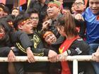 Cổ động viên vượt rào, ngất xỉu khi cổ vũ U23 Việt Nam
