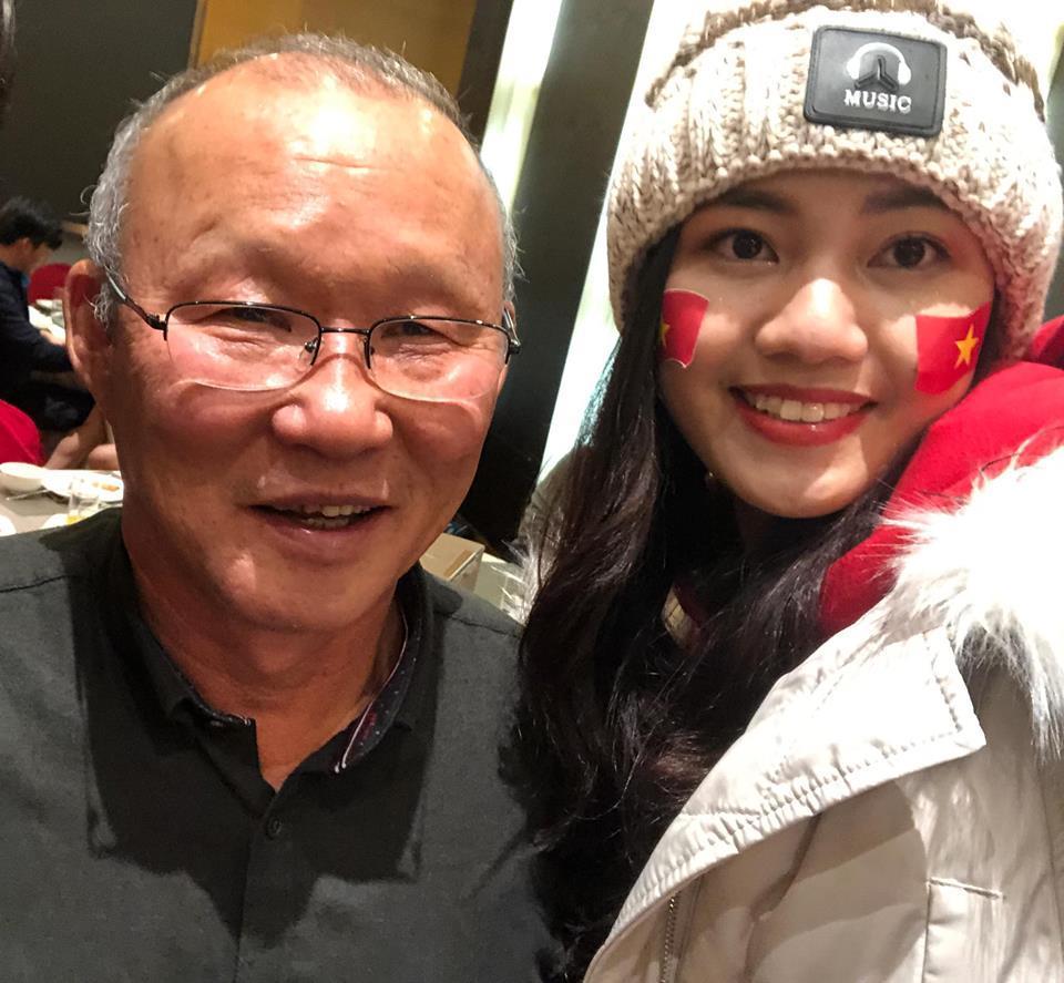 Á Hậu Thanh Tú selfie cùng HLV Park Hang-seo và Quang Hải-7