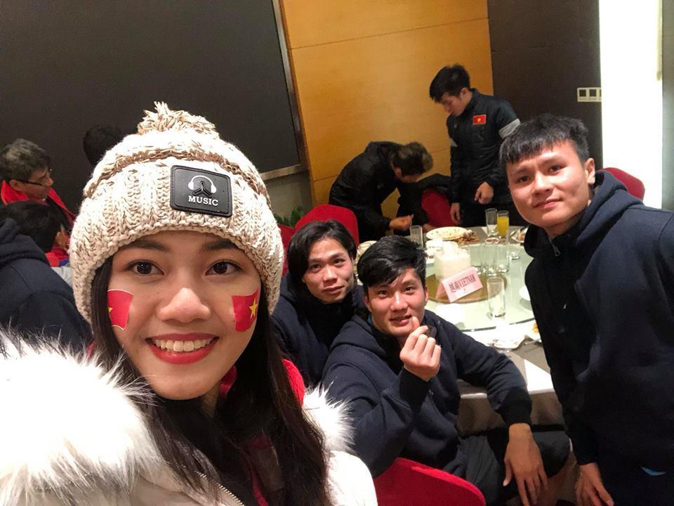 Á Hậu Thanh Tú selfie cùng HLV Park Hang-seo và Quang Hải-8