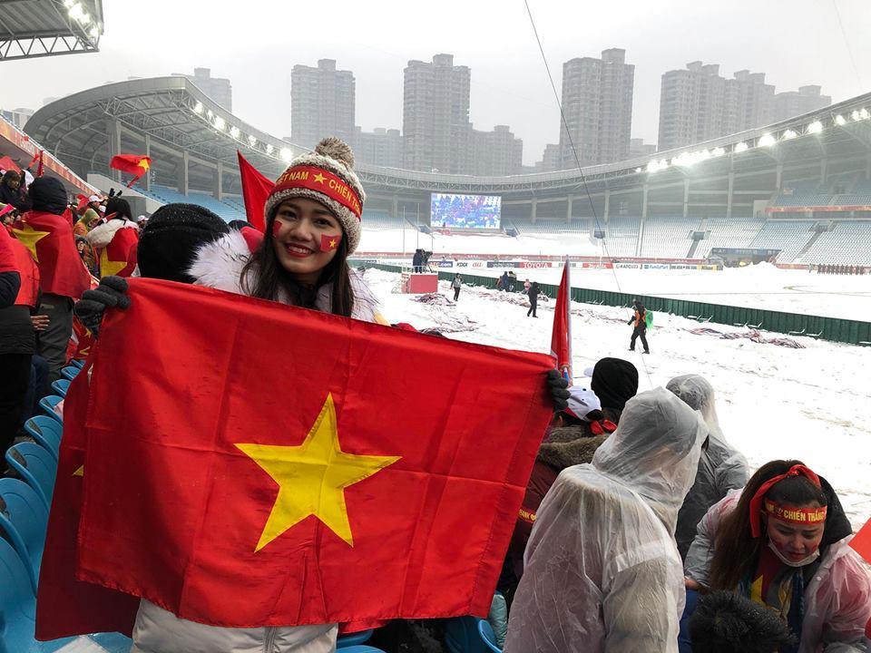 Á Hậu Thanh Tú selfie cùng HLV Park Hang-seo và Quang Hải-1