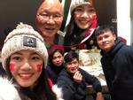 Á Hậu Thanh Tú selfie cùng HLV Park Hang-seo và Quang Hải
