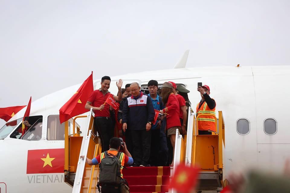 Ngắm bộ ảnh nét căng của dàn chân sút U23 khi vừa đặt chân tới Sân bay Nội Bài-3