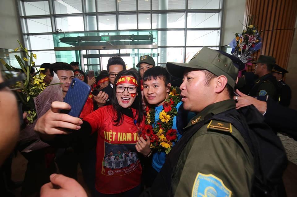 Ngắm bộ ảnh nét căng của dàn chân sút U23 khi vừa đặt chân tới Sân bay Nội Bài-6