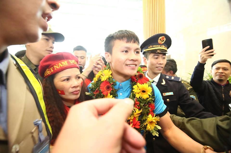 Ngắm bộ ảnh nét căng của dàn chân sút U23 khi vừa đặt chân tới Sân bay Nội Bài-7