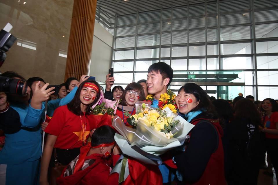 Ngắm bộ ảnh nét căng của dàn chân sút U23 khi vừa đặt chân tới Sân bay Nội Bài-9