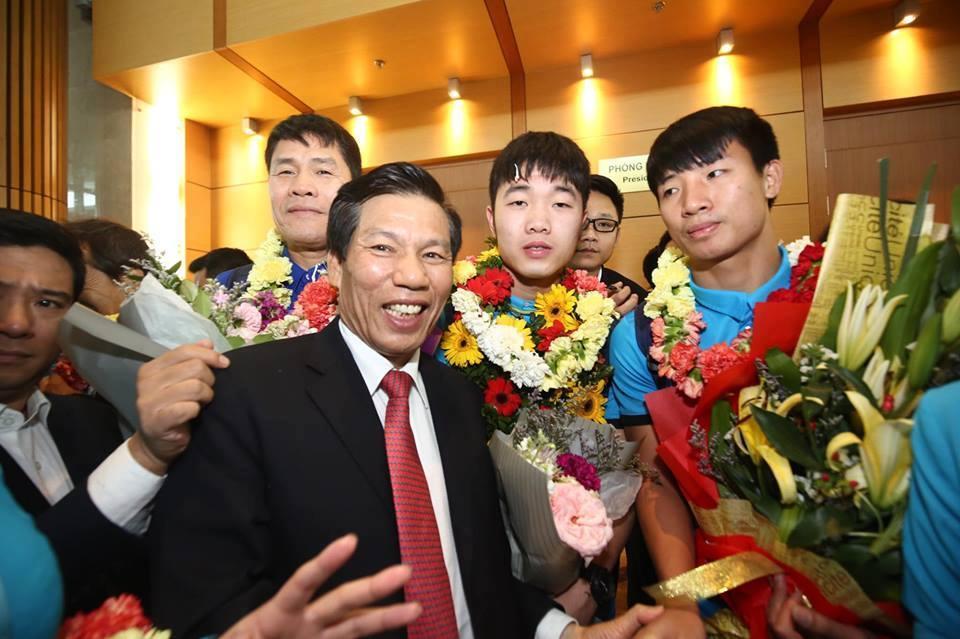 Ngắm bộ ảnh nét căng của dàn chân sút U23 khi vừa đặt chân tới Sân bay Nội Bài-5