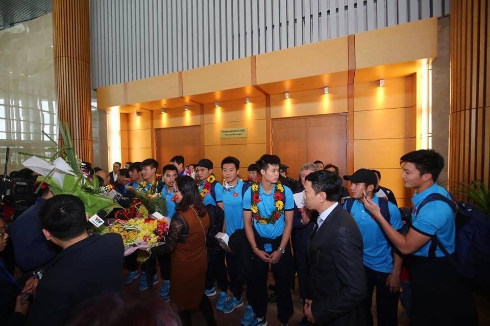 Ngắm bộ ảnh nét căng của dàn chân sút U23 khi vừa đặt chân tới Sân bay Nội Bài-12