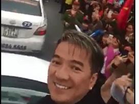 Đàm Vĩnh Hưng tức tốc bay từ Sài Gòn ra thủ đô đón U23 Việt Nam về nước
