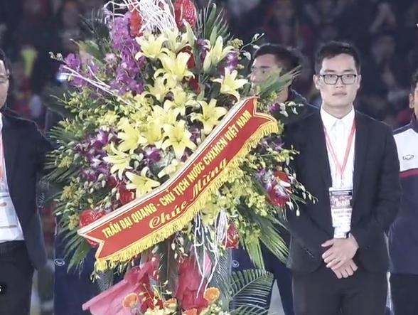 Tuyển U23 Việt Nam được lãnh đạo nhà nước trao tặng hoa-5