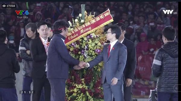 Tuyển U23 Việt Nam được lãnh đạo nhà nước trao tặng hoa-6