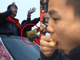 Các chàng trai U23 Việt Nam ăn gì trên xe bus khi bị người hâm mộ 'bao vây' suốt 6 tiếng?