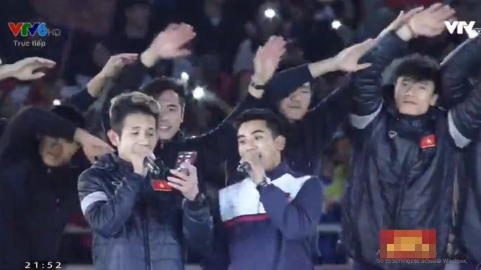 Hồng Duy Pinky bị đồng đội trêu khi chào khán giả như ca sĩ thực thụ-2