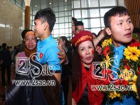 Loạt khoảnh khắc cực hiếm khi người thân cầu thủ ôm chặt con bật khóc tại sân bay