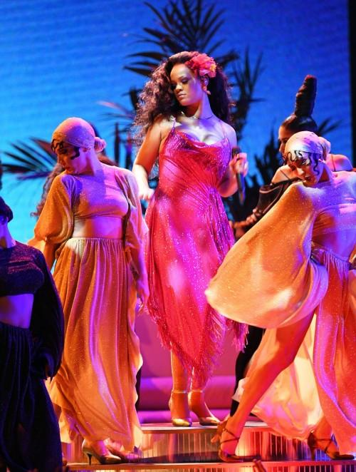 Nhận Grammy và diễn sexy, Rihanna sẽ xuất hiện hoàn hảo hơn nếu không phát phì thế này-4