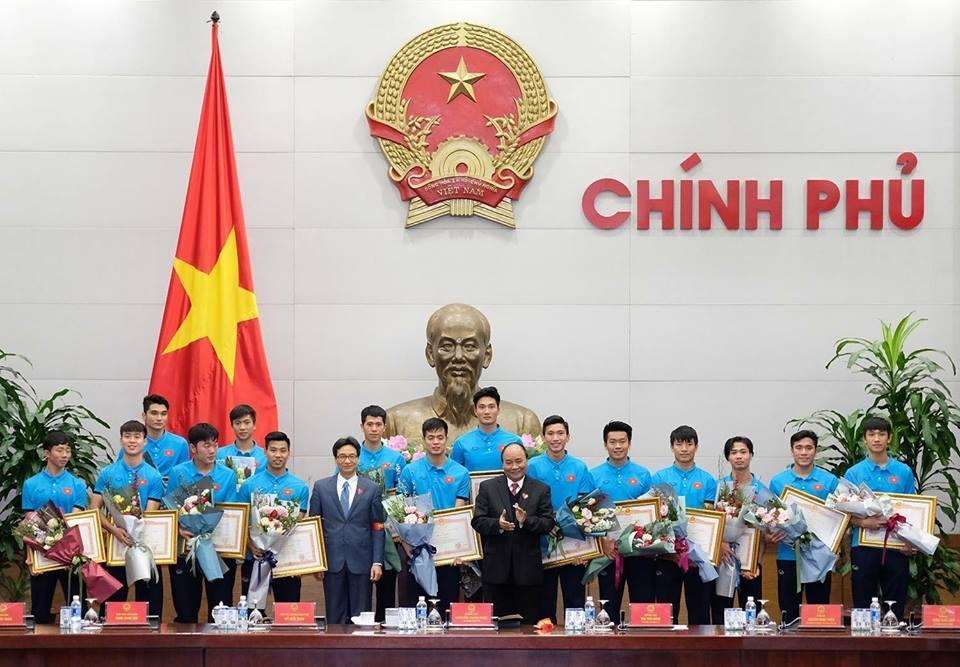 Cận cảnh bữa cơm đầu tiên lúc nửa đêm khi trở về quê hương của đội tuyển U23 Việt Nam-2