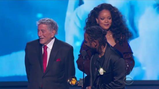 Grammy 2018: Huyền thoại 91 tuổi trao giải xong... đứng chắn khiến Rihanna không thể bước lên-2