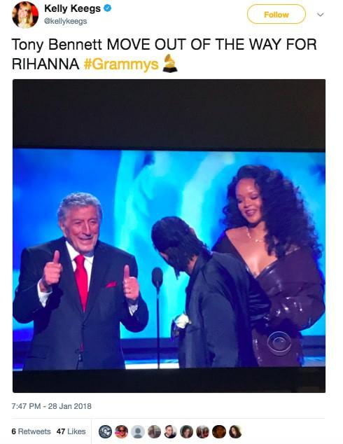 Grammy 2018: Huyền thoại 91 tuổi trao giải xong... đứng chắn khiến Rihanna không thể bước lên-4