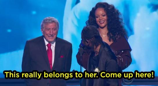 Grammy 2018: Huyền thoại 91 tuổi trao giải xong... đứng chắn khiến Rihanna không thể bước lên-3