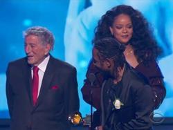 Grammy 2018: Huyền thoại 91 tuổi trao giải xong... đứng chắn khiến Rihanna không thể bước lên