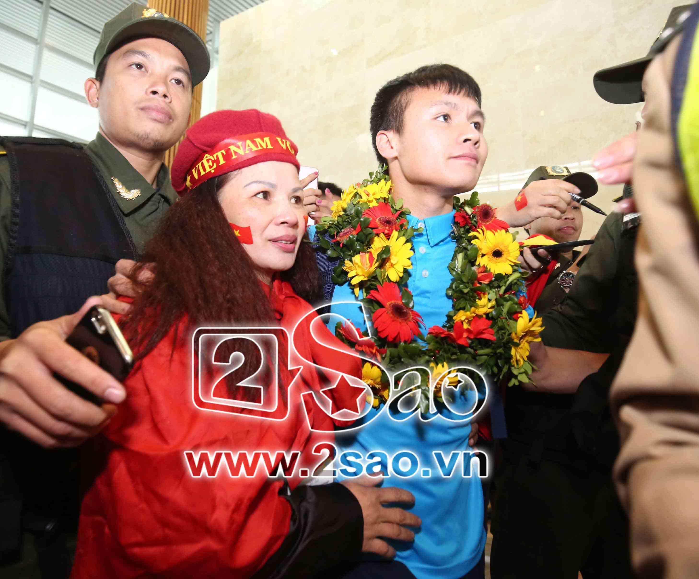 Tiền vệ Nguyễn Quang Hải: Chỉ một phút ngắn ngủi được ôm mẹ tôi cũng ấm lòng-1