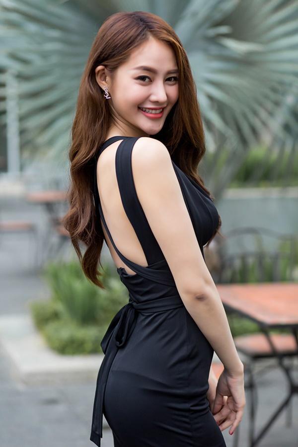 Ngắm những món hàng hiệu đắt xắt ra miếng của người mẫu Linh Chi-1