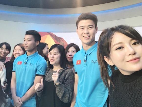 Hot girl - hot boy Việt: Tú Linh khiến fans ghen tị khi check in cùng loạt cầu thủ U23 Việt Nam-1