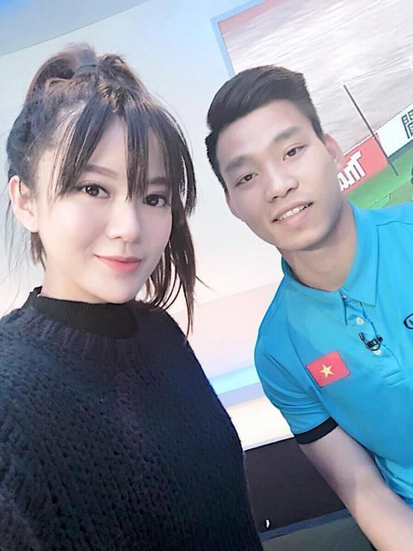Hot girl - hot boy Việt: Tú Linh khiến fans ghen tị khi check in cùng loạt cầu thủ U23 Việt Nam-2