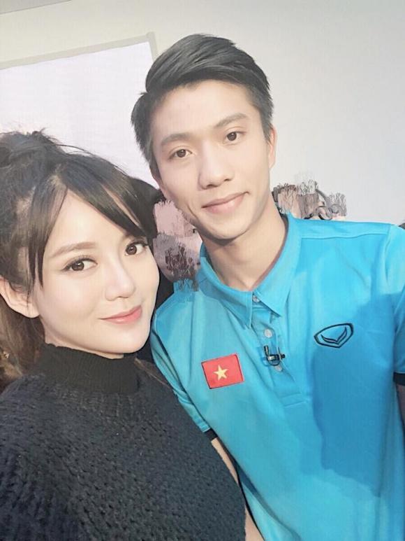 Hot girl - hot boy Việt: Tú Linh khiến fans ghen tị khi check in cùng loạt cầu thủ U23 Việt Nam-3