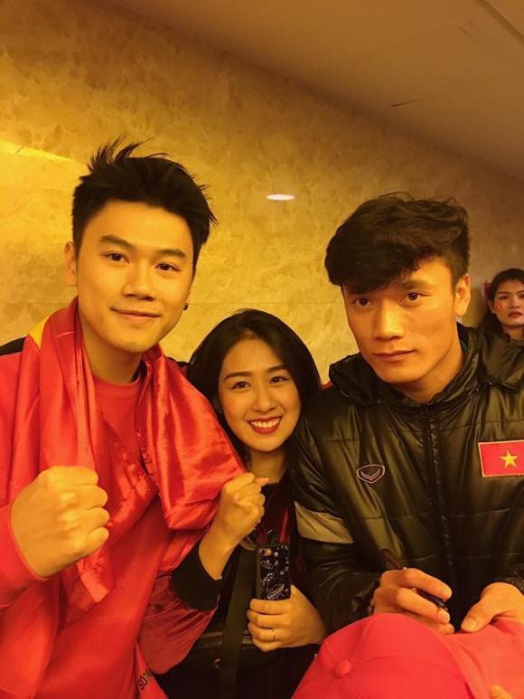 Hot girl - hot boy Việt: Tú Linh khiến fans ghen tị khi check in cùng loạt cầu thủ U23 Việt Nam-5